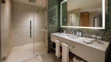 Baño con ducha  en resort Lopesan Costa Bávaro en Punta Cana