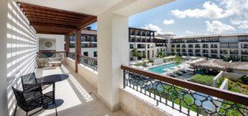 Terraza con vistas a la piscina en Lopesan Costa Bávaro en Punta Cana