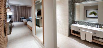 Baño de la suite junior en resort Lopesan Costa Bávaro en Punta Cana