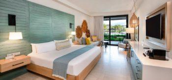 Habitación doble con cama de matrimonio en resort Lopesan Costa Bávaro en Punta Cana