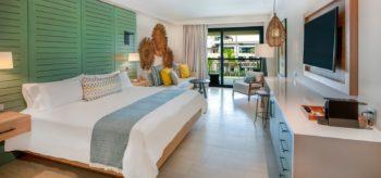 Habitación con cama de matrimonio en resort Lopesan Costa Bávaro en Punta Cana
