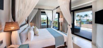 Habitación con cama de matrimonio y terraza en resort Lopesan Costa Bávaro en Punta Cana