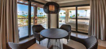 Salón con vistas a la playa en resort Lopesan Costa Bávaro en Punta Cana