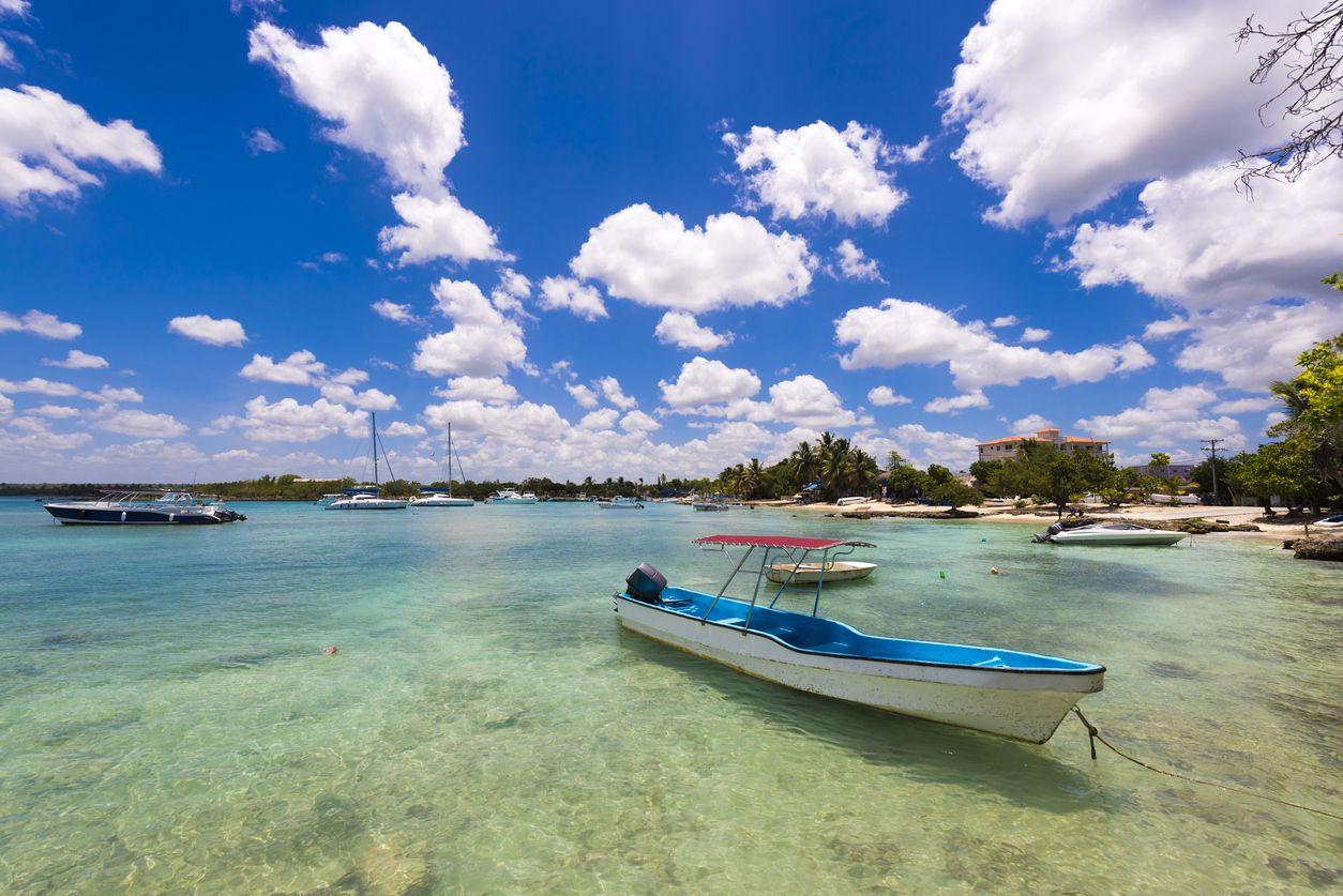 Barco en la playa del Caribe